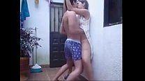 Casal de namorados fazendo sexo no quintal