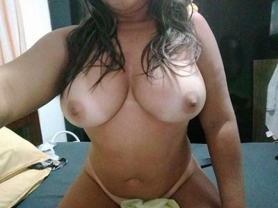 Solteira peituda gostosa em seus selfies nuas