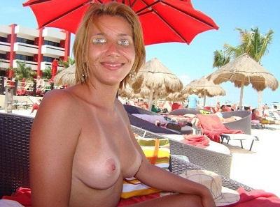 Fotos na namorada gostosa fazendo topless na praia