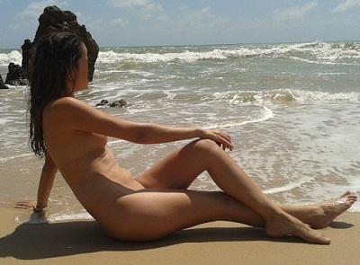 Fotos de uma esposa magrinha pelada na praia