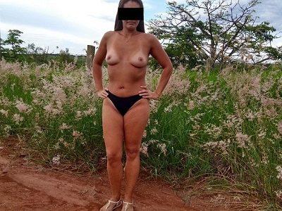 Raquel magrinha gostosa nua na estrada de terra