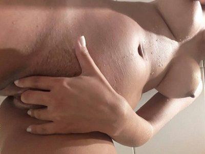 Novinha gostosa se exibindo peladinha no banheiro