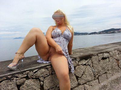 Loira gostosa sem calcinha em publico