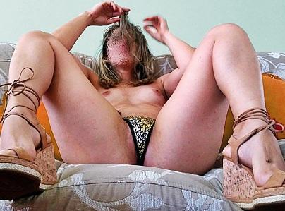 Esposa branquinha exibida em fotos caseiras