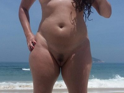 Exibindo a esposa safada pelada