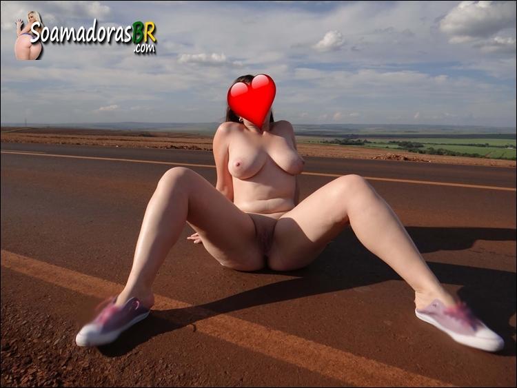 Branquinha-gostosa-se-exibindo-pelada-na-estrada-4