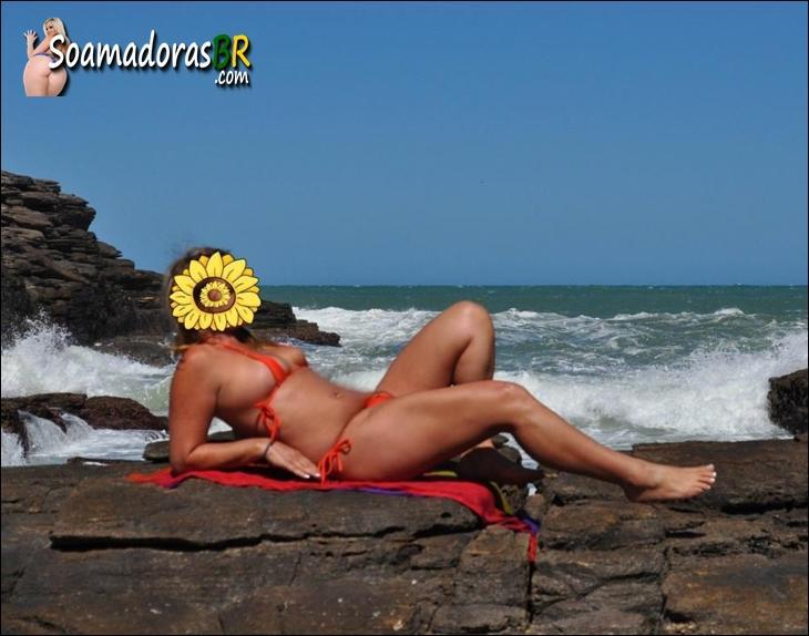 Loira-gostosa-ficou-peladinha-na-praia-deserta-2