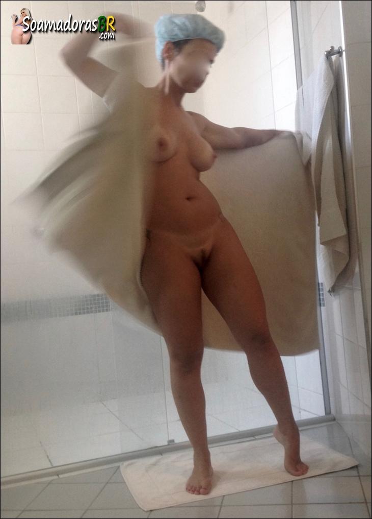 Esposa-branquinha-gostosa-saindo-do-banho-pelada-1