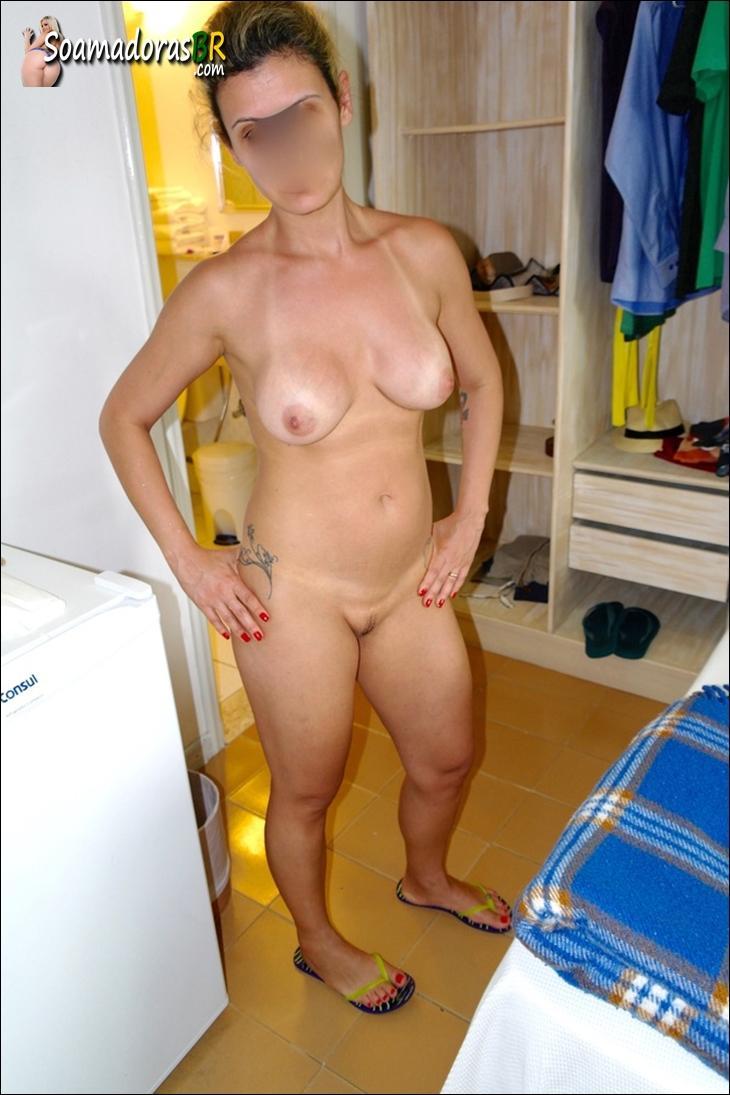 Esposa-branquinha-gostosa-saindo-do-banho-pelada-17