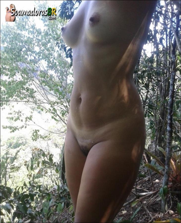 Esposa-gostosinha-esportista-pelada-no-mato-3