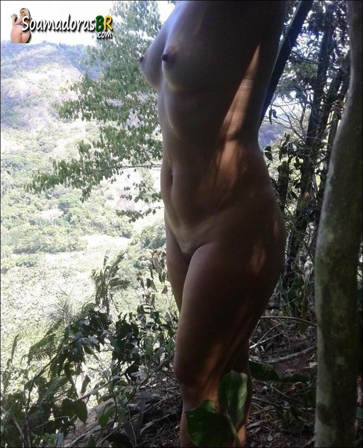 Esposa-gostosinha-esportista-pelada-no-mato-6