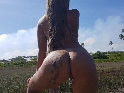 Esposa loira tatuada na bunda gostosa