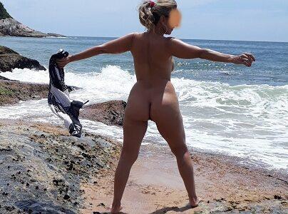 Coroa loira gostosa pelada na praia