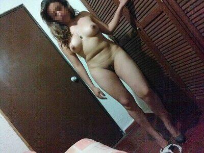 Esposa gostosa magrinha tirando a roupa