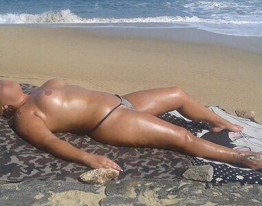 Coroa peituda gostosa pelada na praia