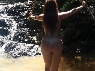 Esposa pelada em meio a natureza