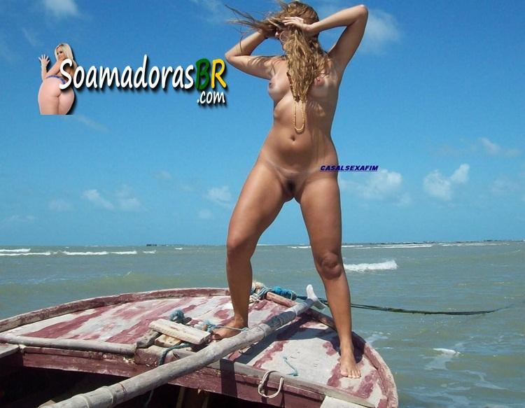 Loira-gostosa-exibida-pelada-na-praia-10