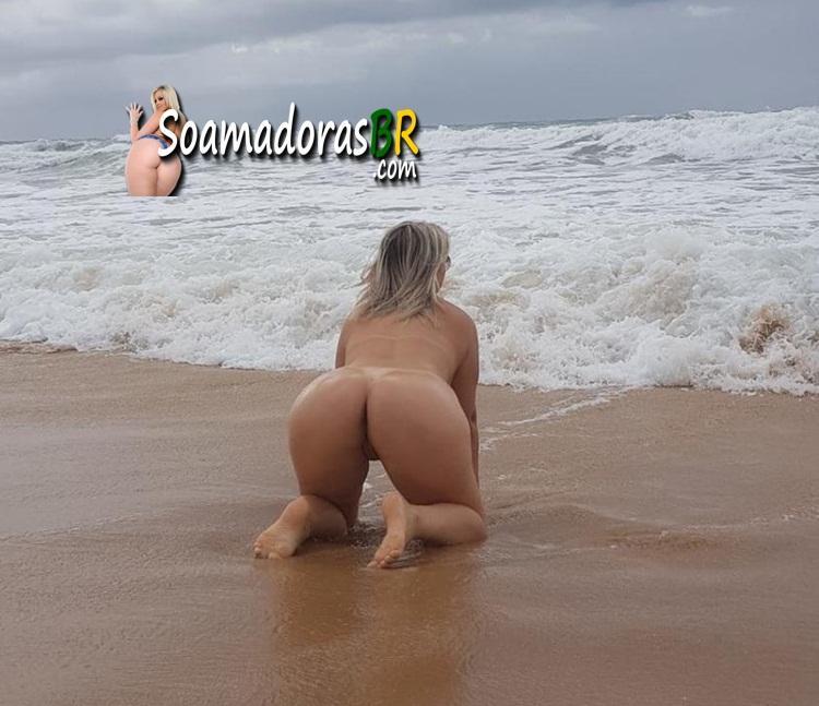 Que-loira-gostosa-pelada-na-praia-1