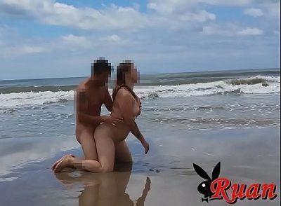 Casal amador fazendo sexo na praia deserta