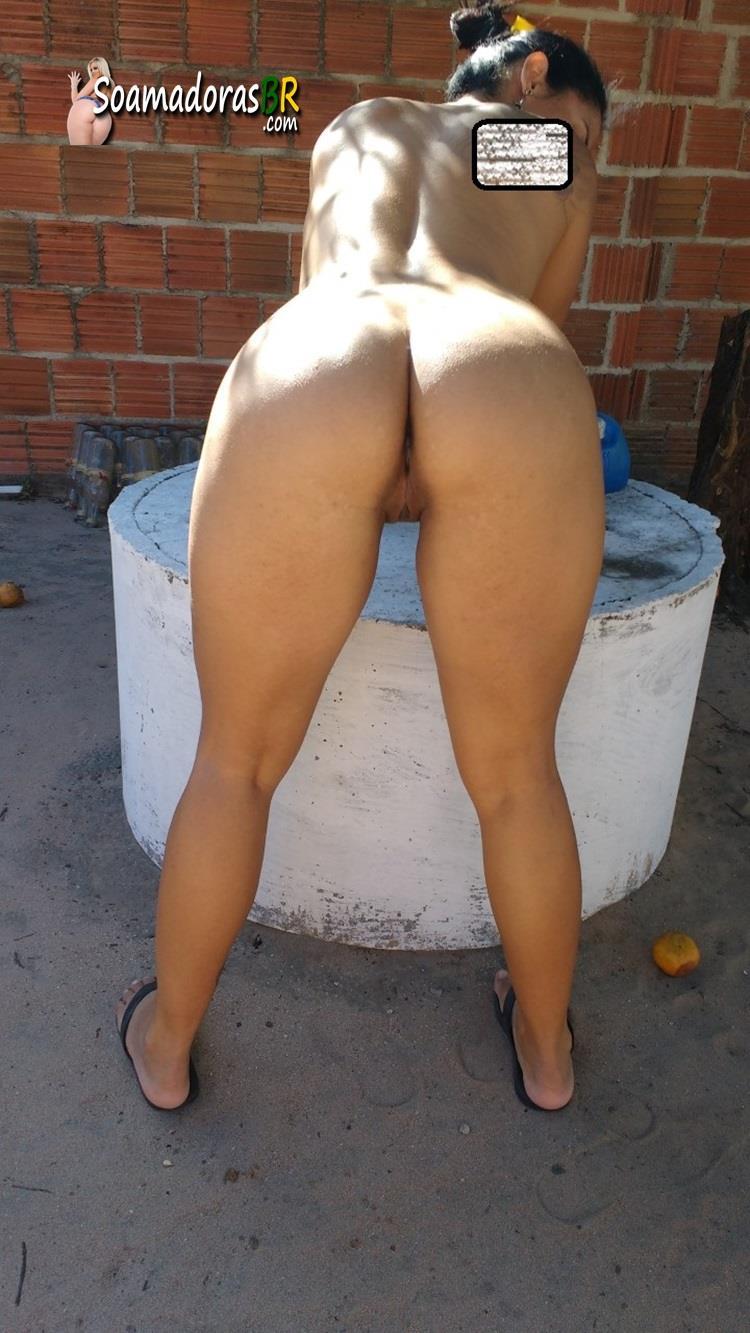 Esposa-gostosa-pelada-no-quintal-2