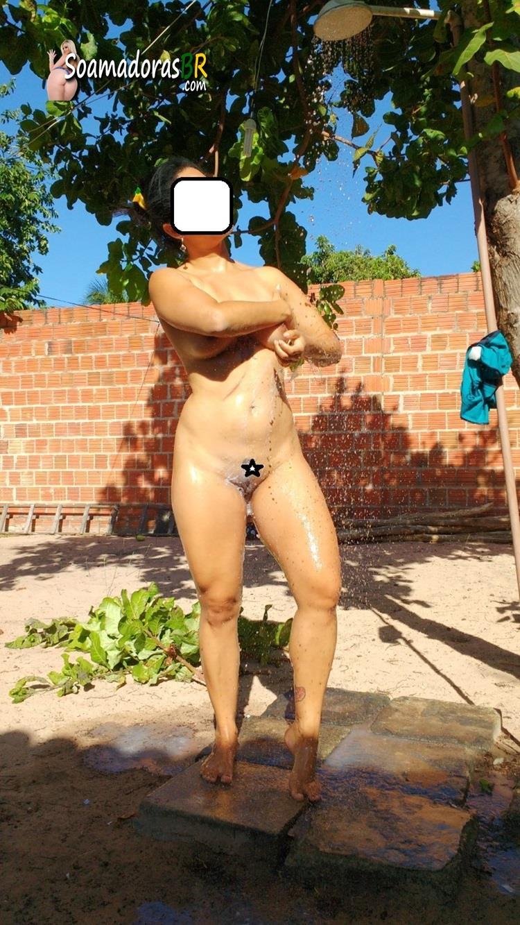 Esposa-gostosa-pelada-no-quintal-7