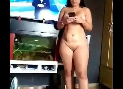 Exibindo a esposa pelada depois do banho