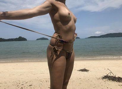 Morena novinha pelada na praia