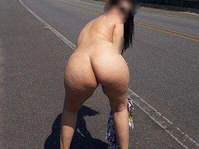 Casada se exibindo pelada na estrada