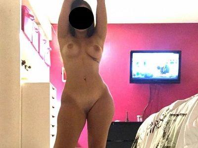 Novinha pelada na quarto