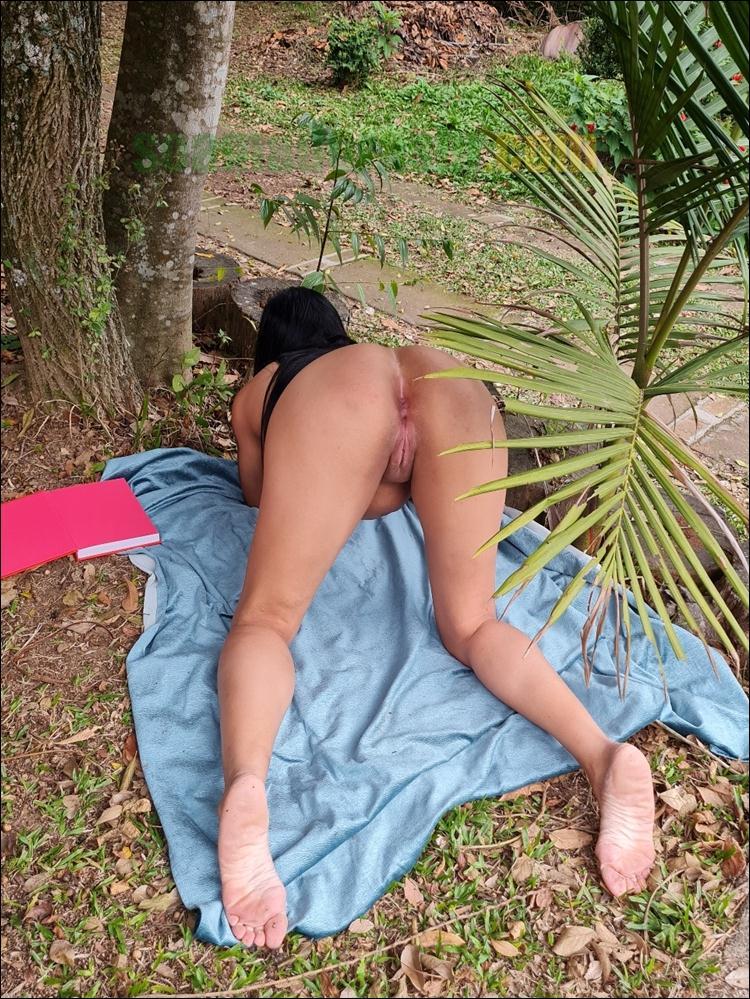 Esposa-de-corno-completamente-pelada-ar-livre-6