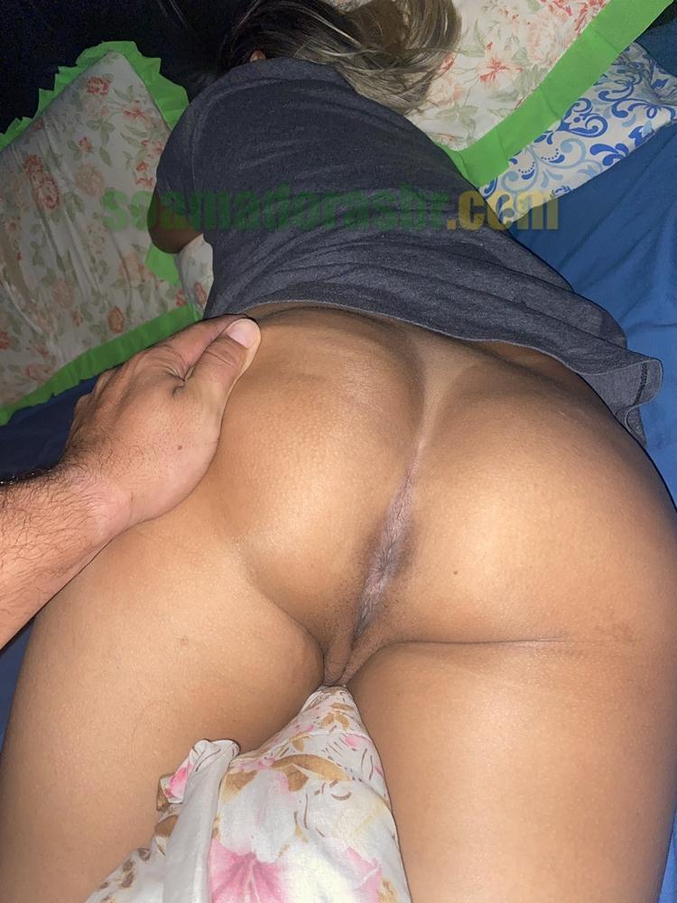 Exibindo-o-bronzeado-da-esposa-gostosa-10